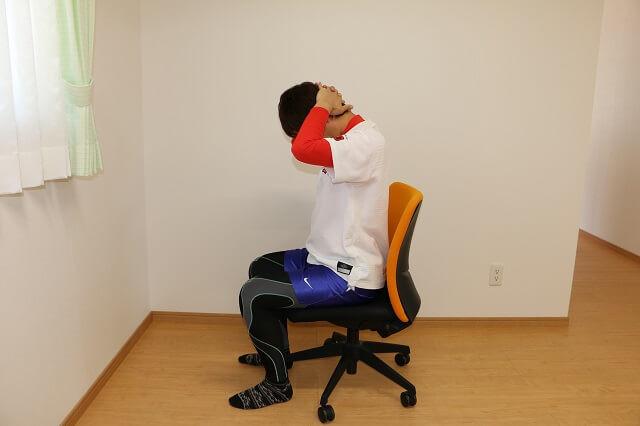 首の後ろを伸ばすストレッチ