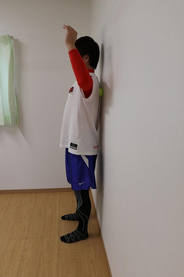肩甲骨外側のトリガーポイントを探す