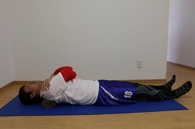 肩甲骨内側のトリガーポイントを探す