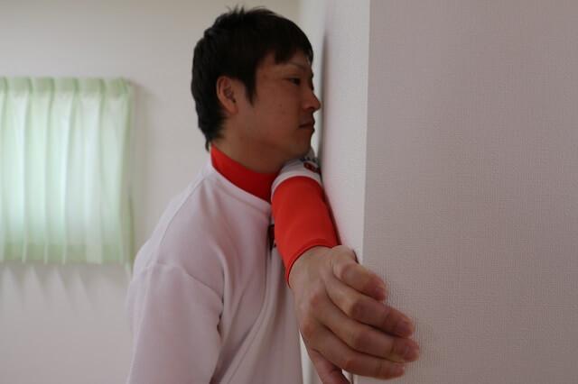 肩甲骨内側のこりストレッチ①